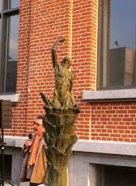 Une statue aux victime de l'amiante à la Bourse du travail de Lille