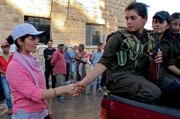 Kobane Une très jeune combattante dit adieu à sa sœur. Dans certains secteurs, les femmes constituent 30% des effectifs. © DR